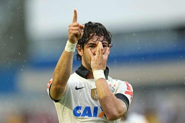 O atacante Alexandre Pato marcou neste domingo, e o Corinthians arrancou um empate por 1 a 1 com o Atlético-PR na Vila Capanema