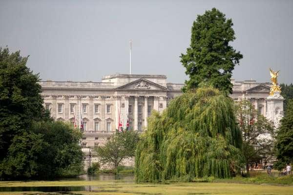 La expectación que se vive a las puertas del palacio de Buckingham, en cuya entrada se exhibirá la partida de nacimiento del bebé de Katey Williamde Inglaterra una vez haya nacido