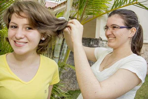 Com o cabelo cortado, Maria Manuela brinca com a irmã Júlia que vai acompanhá-la no encontro com o Papa Francisco