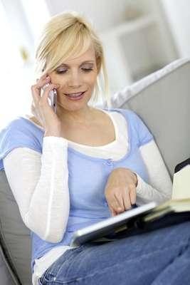Papada:O uso excessivo do telefone pode mudar os contornos do rosto, causando flacidez na região inferior da face. Com o passar dos anos, a pele perde elasticidade e, passar horas forçando o pescoço para frente, aumenta as chances de criar papada