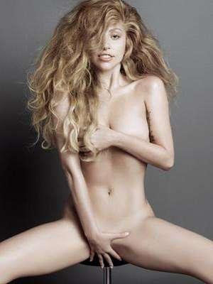 Lady Gaga parece sentada completamente desnuda con el pelo alborotado y cubriéndose con ambas manos sus partes íntimas durante una osada sesión de fotos para V Magazine.