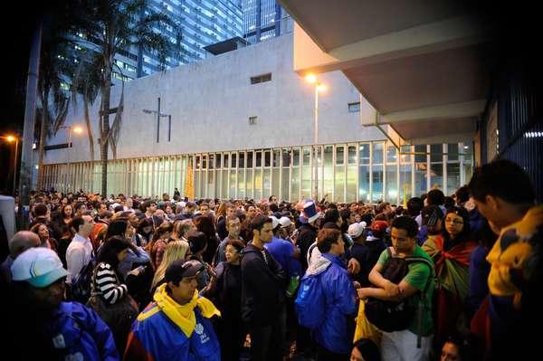 Multidão se aglomera em frente a estação do Metrô fechada por problema de energia no Rio