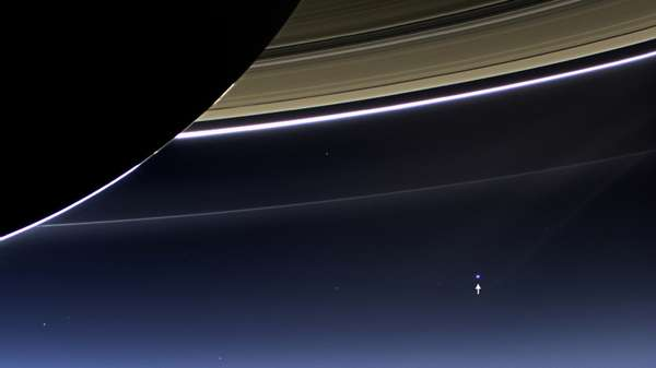 Rara imagem feita no dia 19 de julho pela lente grande-angular da sonda Cassini mostra os anéis de Saturno com o planeta Terra e a Lua ao fundo: um mesmo ponto brilhante à distância de 1,5 bilhão de quilômetros