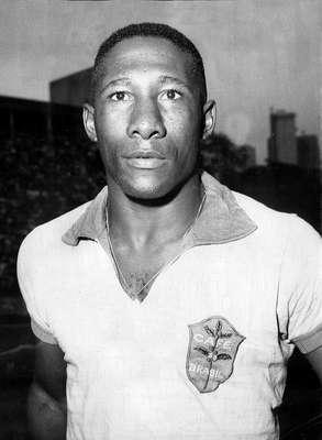 Morreu às 19h30 desta terça-feira o ex-lateral direito Djalma Santos, bicampeão mundial com a Seleção Brasileira. Djalma sofreu para cardiorrespiratória causada por decorrência de uma pneumonia grave e instabilidade hemodinâmica; a foto foi tirada antes de amistoso da Seleção contra o Chile em 1966