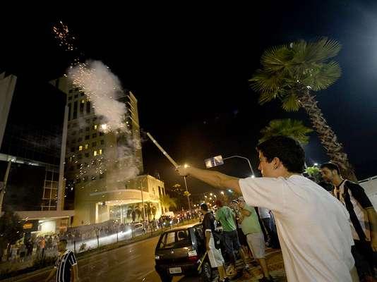 Com fogos de artifício, centenas de atleticanos se reuniram na frente do Hotel Caesar Business, em Belo Horizonte, para tentar tirar o sono dos jogadores do Olimpia às vésperas da decisão da Libertadores