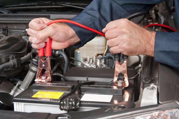 Bateria - Principal componente do sistema elétrico do seu carro, a bateria alimenta todo o conjunto. A vida média da bateria é de até quatro anos na melhor das circunstâncias. Uma vez por ano, porém, leve seu carro a uma oficina especializada para a verificação da bateria. Lá serão executados testes que confirmam se a bateria necessita ou não de troca
