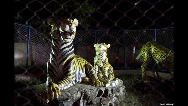 Um zoológico que tem apenas estátuas de animais atrai muitos visitantes na região de Singrauli, na fronteira entre os Estados indianos de Uttar Pradesh e Madhya Pradesh. O fotógrafo Tanvi Mishra registrou a atração incomum