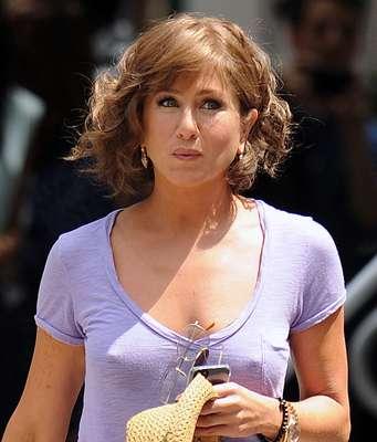 Jennifer Aniston apareceu de peruca e sem sutiã no set de filmagem de seu próximo filme, Squirrels to the Nuts, em Nova York, nos Estados Unidos