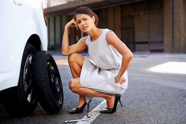 1 - Pneu menor - Carros equipados com estepe menor do que as rodas normais não podem rodar muito com o pneu reserva. Vá até a oficina ou borracharia mais próxima para consertar o pneu estragado ou trocar, se for o caso. Enquanto estiver com o pneu menor, evite altas velocidades