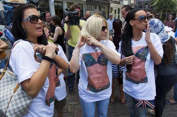 Garotas de programa protestam contra o fechamento dos barcos de prostituição em frente à prefeitura de Utrecht, na Holanda. As autoridades locais decidiram paralisar a operação das atividades após um juiz local envolver uma das empresas operadoras em um caso de tráfico humano. Mais de 200 mulheres podem ficar sem trabalho