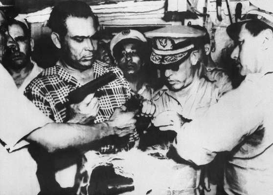 O então presidente Fulgêncio Batista inspeciona armas e munições apreendidas em Havana e supostamente ligadas à revolta liderada por Fidel. O governo cubano comemora nesta sexta-feira o 60º aniversário do assalto ao quartel Moncada, considerado o início da revolução no país. Em 26 de julho de 1953, o quartel, que fica em Santiago de Cuba, foi alvo da primeira, e fracassada, ação armada de Fidel Castro contra o ditador Fulgencio Bastista