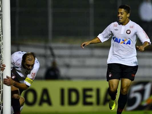 Com gol do veterano meia Paulo Baier já nos acréscimos do segundo tempo, o Atlético-PR aproveitou-se da expulsão do meio-campista Souza e venceu a Portuguesa por 3 a 2, na noite desta sábado, no Canindé, empurrando o São Paulo para a zona de rebaixamento