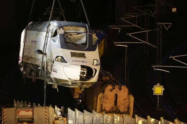 27 de julho - Após nove horas, técnicos conseguem remover locomotiva do local do acidente