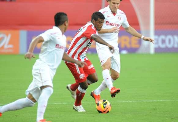 O Náutico conseguiu uma importante vitória na tarde deste domingo, pela nona rodada do Campeonato Brasileiro: a equipe bateu o Internacional por 3 a 0, ganhando a primeira na Arena Pernambuco e deixando a zona de rebaixamento