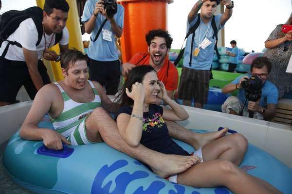 Famosos se divertiram na inauguração do brinquedo Arrepius, no Beach Park de Fortaleza (CE), na ensolarada tarde de sábado (27);na foto, os humoristas Fábio Porchat e Tatá Werneck