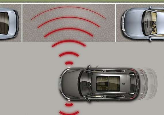 Sensores situados nos para-choques localizam um espaço compatível com o tamanho do automóvel
