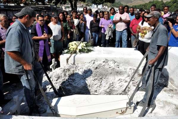 O corpo de Isabela Severo dos Santos, 3 anos, é sepultado no cemitério Campo Grande