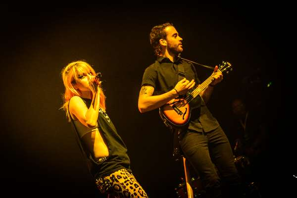 Os norte-americanos do Paramore, realizaram nesta terça-feira (30), show no Espaço das Américas, em São Paulo. Pontualmente às 21h30, o trio do Tennessee iniciou a apresentação com Moving On, com o vocal acompanhado apenas por um violão acústico