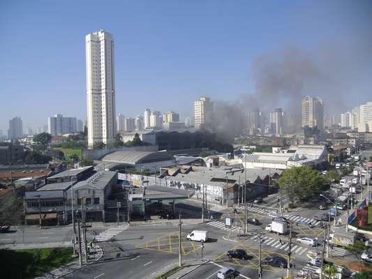 Incêndio atingiu prédio no final da manhã desta quarta-feira na Mooca