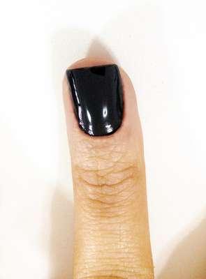 1. Aplique a cor de esmalte escolhida e retire os excessos. As unhas devem estar prontas antes de colocar o fio dourado