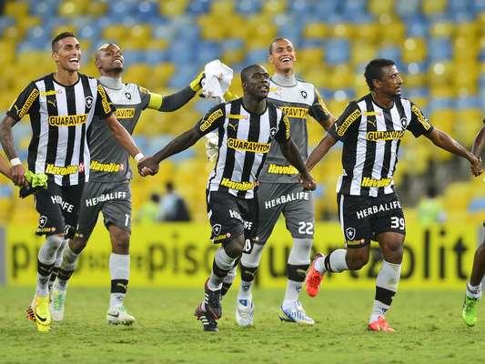 Jogando no Maracanã, o Botafogo bateu o Vitória por 2 a 0 e assumiu a liderança do Campeonato Brasileiro na 10ª rodada; veja