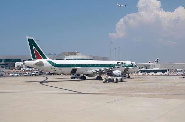 O aeroporto internacional de Roma - Leonardo da Vinci, também conhecido como Aeroporto Fiumicino, é o mais movimentado aeroporto da Itália. Passageiros que embarcam com destino ao exterior, precisam pagar uma taxa de 218,82 euros, equivalente a R$ 652,08.