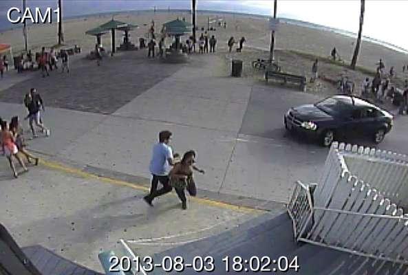 Imagens de uma câmera de segurança mostram momento que carro invade a calçada em Venice Beach, famosa praia do sul da Califórnia