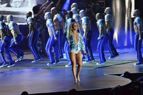 Claudia Leitte caprichou no visual para a gravação de seu terceiro DVD, na noite desse sábado (3), no Recife. Ela subiu ao palco com saia e top, deixando a barriga sarada à mostra, e também cantou algumas músicas vestindo um macacão com um decotão generoso