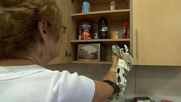 A britânica Gerry Lambert conta com a ajuda de um dispositivo desenvolvido por cientistas do Laboratório de Robótica da Universidade de Bristol para recuperar os movimentos da mão direita