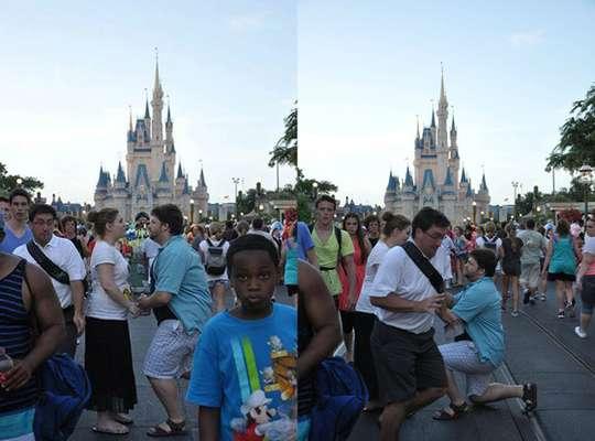 """Jovem escolhe a Disney para pedir a noiva em casamento. Na hora da foto, um homem acaba """"invadindo"""" a imagem. Em julho, a imagem foi parar no Reddit. Logo, os usuários da web montaram outros cenários (históricos, filmes, culturais) que teriam sido atrapalhados pelo In The Way Guy"""