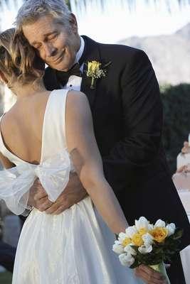 Durante a cerimônia de casamento da eterna princesinha, o paizão precisa escolher um traje que combine com o estilo da festa