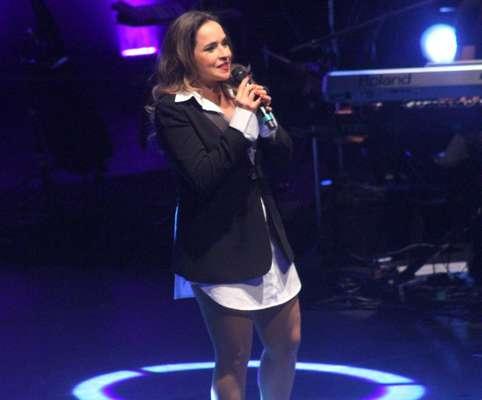 Daniela Mercury se apresentou no SESC Pinheiros, em São Paulo, na noite da última terça-feira (6). Para o evento, a cantora usou uma camisa branca comprida, salto alto e um blazer preto