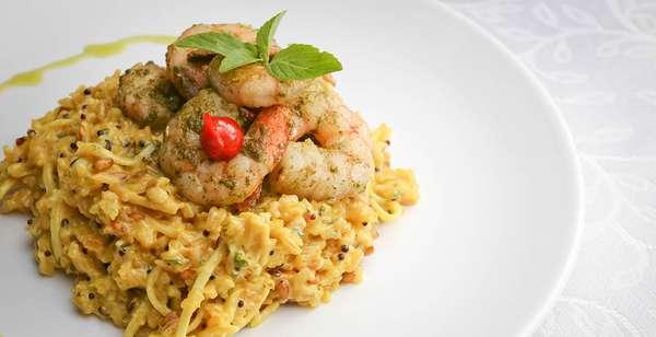 Adega Don Maximiliano:risoto de arroz sete grãos com camarões e fios de pupunha ao perfume de açafrão