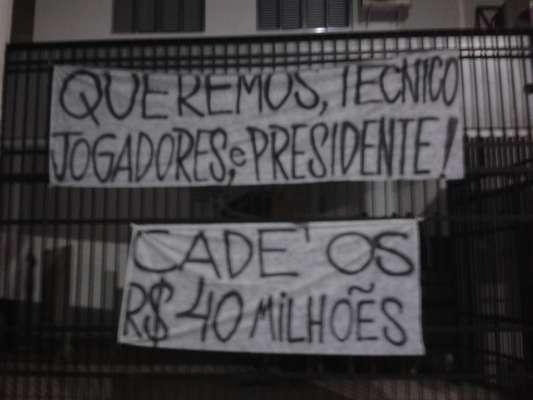 Torcedores santistas protestaram nesta terça-feira, na Vila Belmiro, principalmente contra a diretoria do clube, em especial o Comitê Gestor