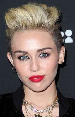 Com batom vermelho e olhos contornados, Miley Cyrus destaca sua beleza