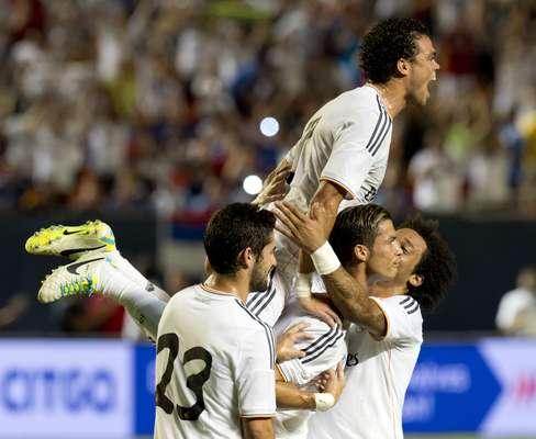 Cristiano Ronaldo é abraçado após fazer comemoração em direção ao local onde ficam os bancos de reservas. Após polêmica com seu ex-técnico José Mourinho, ele respondeu com dois gols e a vitória por 3 a 1 sobre o Chelsea na final da Copa Internacional de Clubes