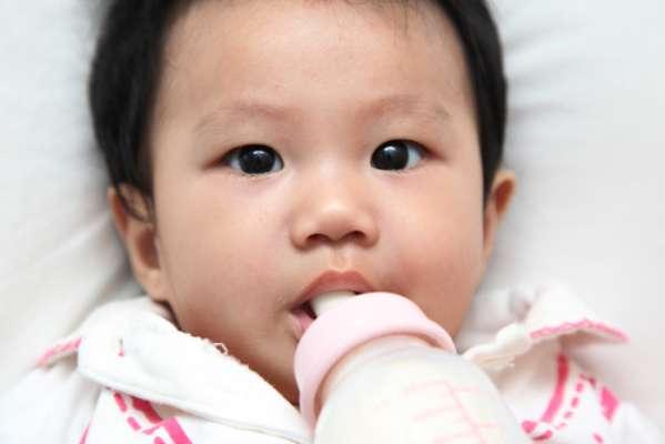 Caso não haja a higienização adequada, os dentes de leite podem ser atingidos pela cárie de acometimento precoce, mais conhecida popularmente como a cárie de mamadeira