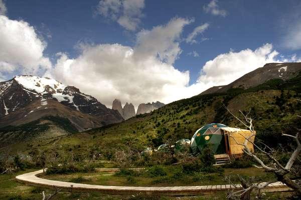 Ecocamp Patagonia:Com cerca de 24 mil hectares ao sul da Patagônia chilena, o Parque Nacional de Torres del Paine é um destino recheado de maravilhas naturais com picos nevados, fiordes, lagos e geleiras. No coração deste incrível cenário, as curiosas tendas chamam a atenção mas oferecem muito conforto e vistas impressionantes. Diárias a partir de R$ 440