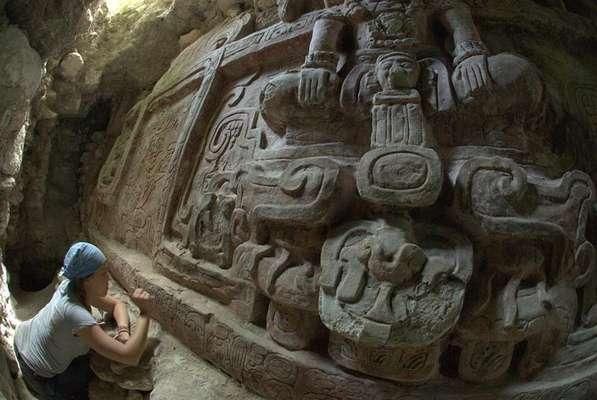"""Arqueóloga Anya Shetler limpa relevo maia na Guatemala: descoberta do ano 600 d.C., considerada """"a mais espetacular já vista"""", foi encontrada no centro arqueológico pré-colombiano de Holmul, no norte da Guatemala"""
