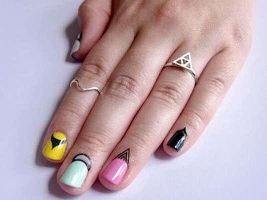 A novidade para as unhas é a tatuagens para cutícula. A técnica é simples: logo após passar o esmalte, basta aplicar pequenas tatuagens temporárias na base das unhas