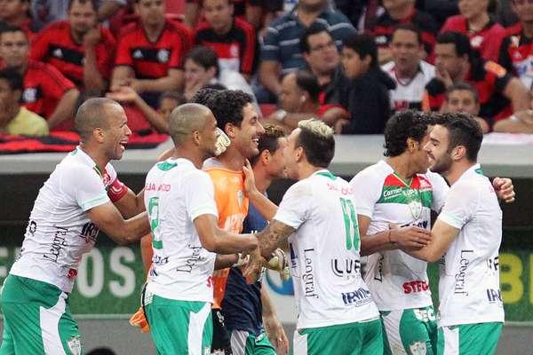 Quando tudo caminhava para uma vitória tranquila do Flamengo, um lance inusitado surpreendeu o time carioca: o goleiro Lauro, da Portuguesa, foi para a área e marcou o gol de empate por 1 a 1, em Brasília