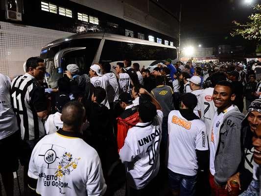 Torcedores santistas protestaram contra diretoria antes do clássico contra o Corinthians