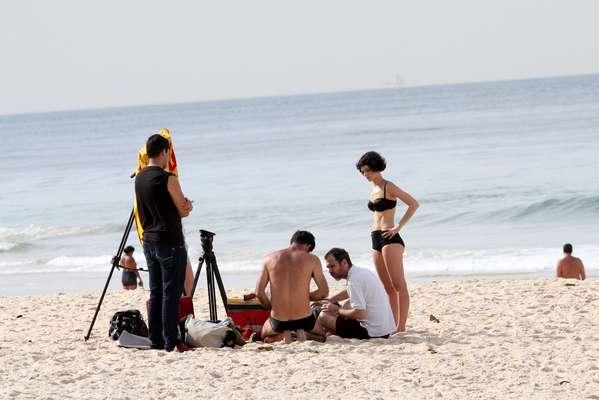Esta sexta-feira (9) foi de trabalho para Maria Flor. A atriz foi fotografada durante uma gravação na praia do Leblon, no Rio de Janeiro, usando um biquíni preto discreto. Durante as filmagens, ela mergulhou no mar e caminhou pela areia, acompanhada de um cinegrafista