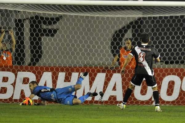 Com direito a pênalti desperdiçado por Juninho e defendido por Roberto, o Vasco cedeu empate para a Ponte Preta no final do jogo e ficou no 1 a 1, em partida válida pela 12ª rodada do Campeonato Brasileiro