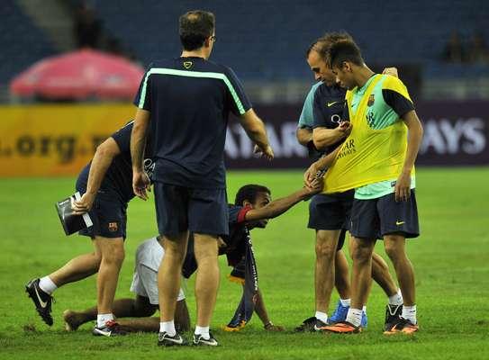 O fanatismo dos torcedores do Barcelona na Malásia fizeram Neymar se assustar nesta sexta-feira, quando um torcedor invadiu o gramado e foi de encontro ao jogador brasileiro