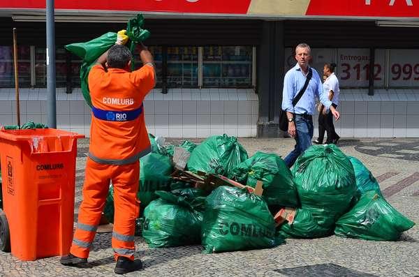Quem passou pela avenida Rio Branco, no centro do Rio de Janeiro, na manhã desta sexta-feira, se surpreendeu com a quantidade de lixo amontoado na via