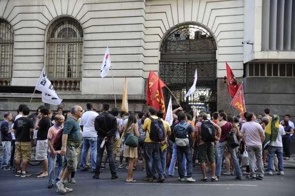10 de agosto - Manifestantes que ocupam a Câmara de Vereadores do Rio de Janeiro protestam contra a composição da Comissão Parlamentar de Inquérito (CPI) dos Ônibus
