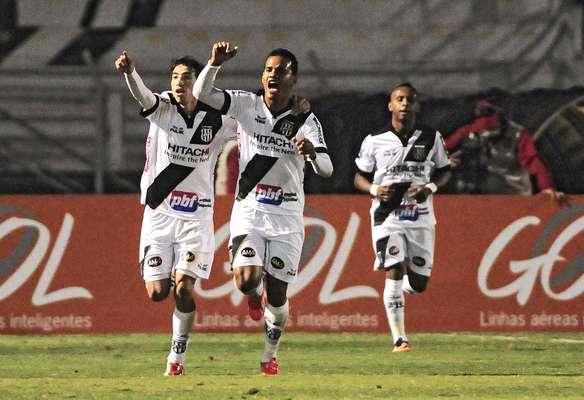 Artur comemora gol na vitória da Ponte Preta sobre o Criciúma