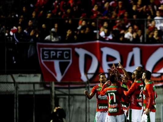 Jogadores da Portuguesa comemoram gol de Diogo no primeiro tempo em vitória sobre o São Paulo no Canindé