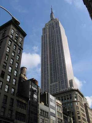 Empire State Building, Nova York, Estados Unidos: em meio aos arranha-céus de Manhattan, um se destaca em um inconfundível cartão-postal de Nova York. Com 437 metros de altura, o Empire State Building foi completado em 1931 após pouco mais de um ano de construção e um custo de 40 milhões de dólares